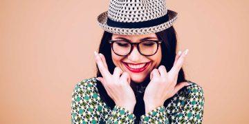 mujer-atraer-buena-suerte-dedos-cruzados